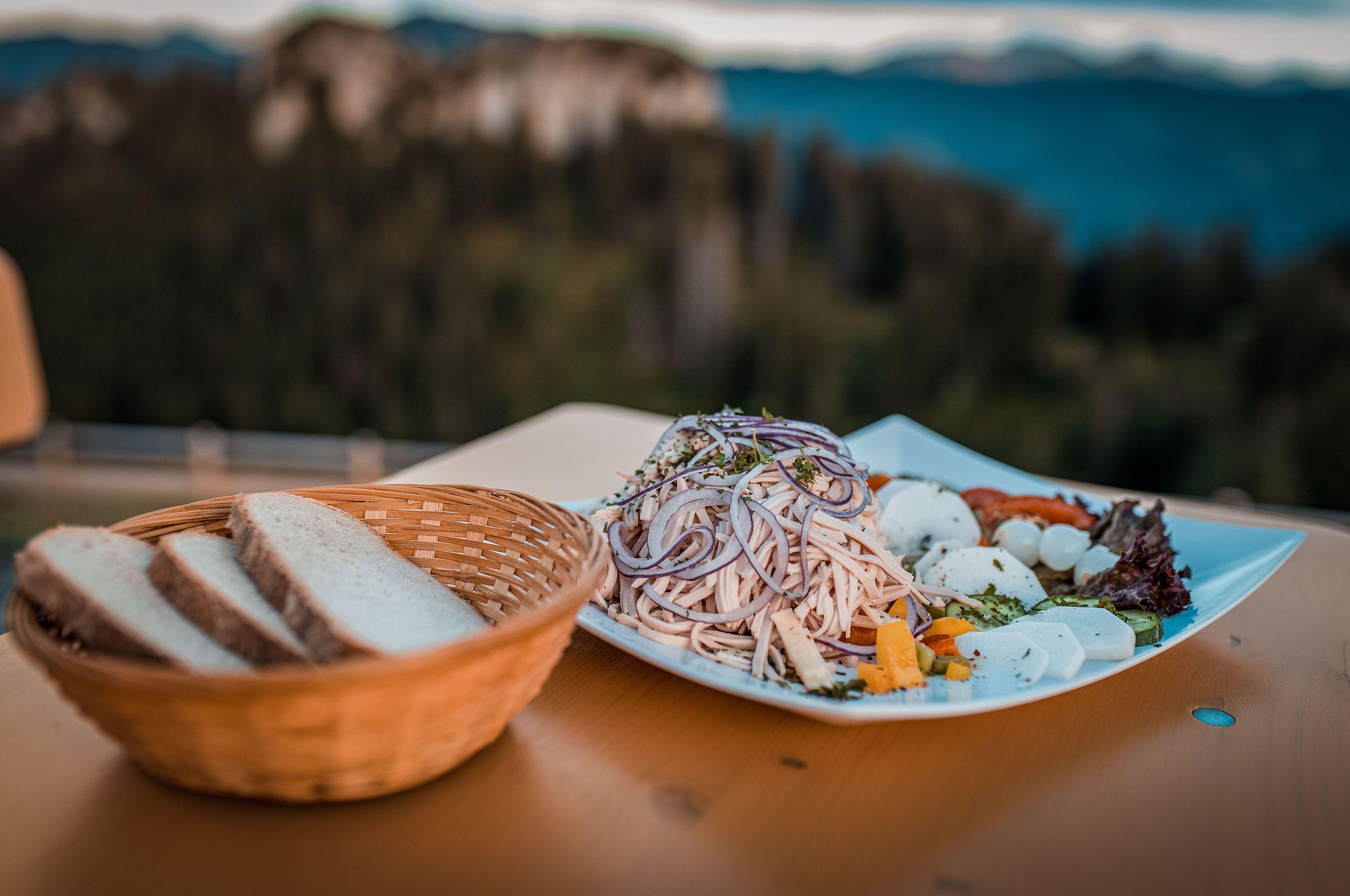 Feiner Wurstsalat mit Bauernbrot auf der Grüntenhütte mit Blick auf den Gigglstuin